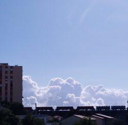 vlak u oblacima