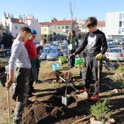 Učenici osnovne Waldorsfke škole uređuju zelenu površinu na parkiralištu Gomila