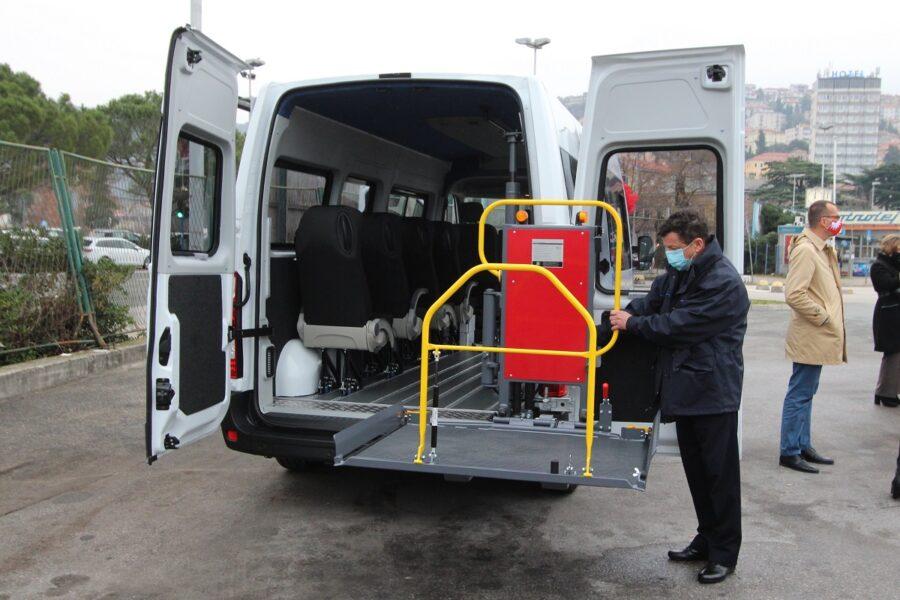 Kombi vozilo može prevoziti osam vozila, od čega istovremeno četiri osobe u kolicima