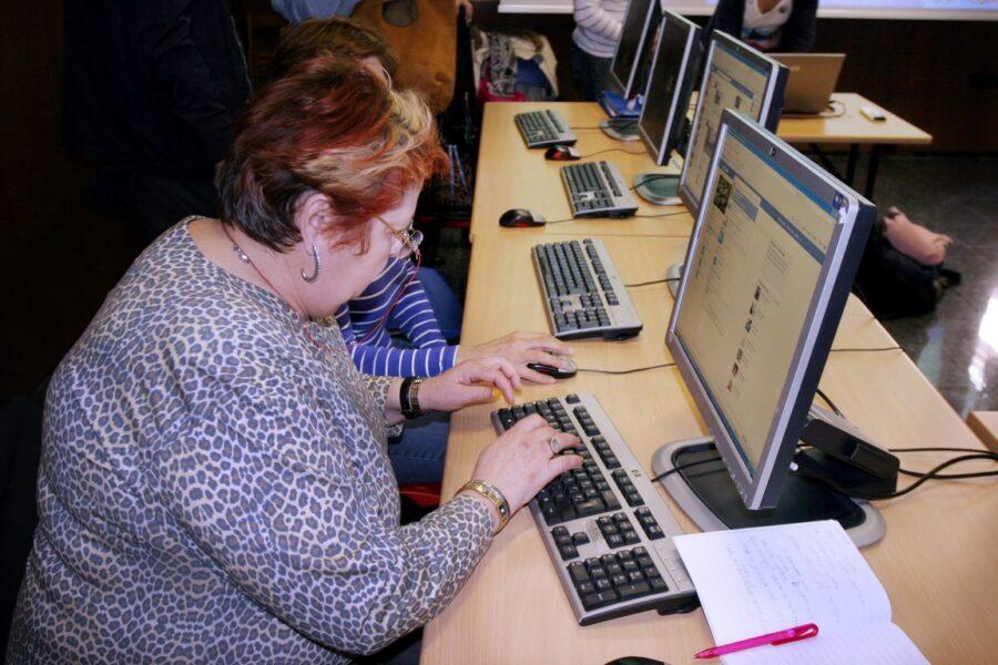 Umirovljenici uče rad na računalu