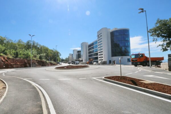 Završena je rekonstrukcija dijela Opatijske ulice tijekom koje je, u sklopu rekonstrukcije ulaza u hotelski kompleks i budući kongresni centar, izgrađen rotor koji olakšava prometovanje i pridonosi sigurnosti prometa na tom dijelu ulice.