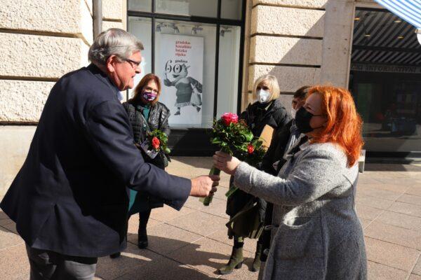 Čestitajući 8. ožujka - Međunarodni dan žena gradonačelnik je svakoj od govornica uručio cvijet