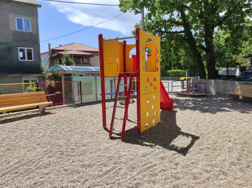 Dječji park u Ulici Josipa Mohorića - tobogan i klupice