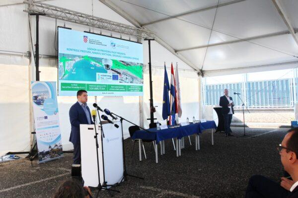 Ministar Oleg Butković - potpis Ugovora o izgradnji spojne ceste lučkog područja s državnom cestom D403
