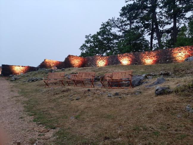 """U sklopu projekta """"Povežimo se baštinom"""" osvijetljena klanjska gradina"""